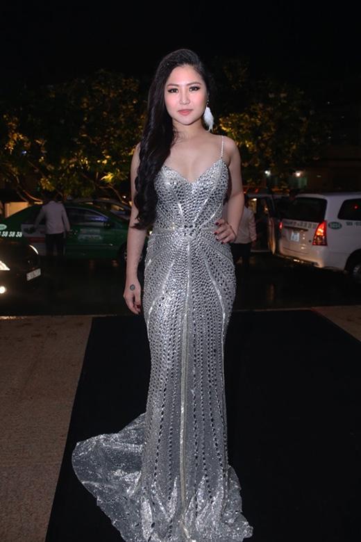 Bộ trang phục của Hương Tràm sẽ trông ổn hơn nếu thay thế chiếc hoa tai lông vũ bằng chất liệu ánh kim đồng điệu với trang phục với kích thước nhỏ hơn.