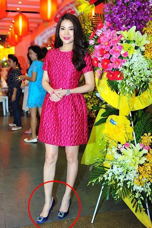 Váy, son môi và hai bộ móng tay cũng được phủ sắc hồng nhưng Trương Ngọc Ánh lại diện cùng giày xanh lam khá khó hiểu.
