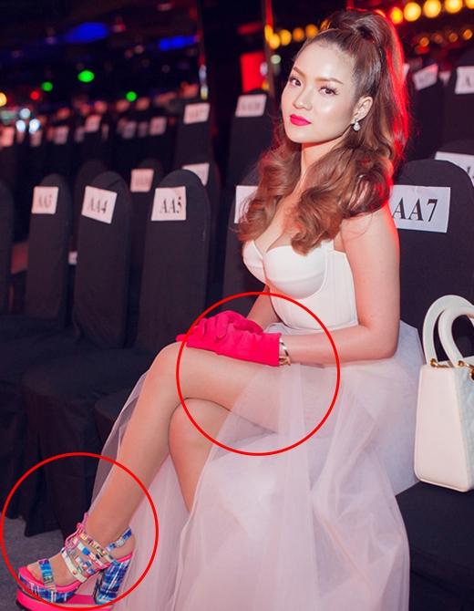 Thủy Top xuống phong độ bởi đôi giày cao quá nổi bật và găng tay được nhận xét khá giống của những bà nội trợ phối cùng thiết kế cầu kì, gợi cảm.