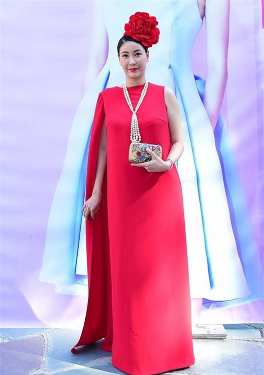 Lựa chọn phong cách quý tộc cổ điển, sang trọng nhưng những phụ kiện đi kèm chỉ khiến hoa hậu Hà Kiều Anh trở nên rối rắm, quê mùa hơn.