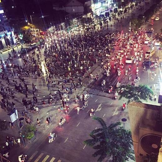 Hàng trăm người kéo đến hò reo, cổ vũ cho hai cô gái đánh nhau
