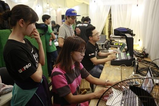 Không khí nghiêm túc với sự làm việc thầm lặng của 60 nhân sự từ hậu cần cho đến kĩ thuật âm thanh, ghi hình, kĩ thuật mạng và ban nhạc. - Tin sao Viet - Tin tuc sao Viet - Scandal sao Viet - Tin tuc cua Sao - Tin cua Sao