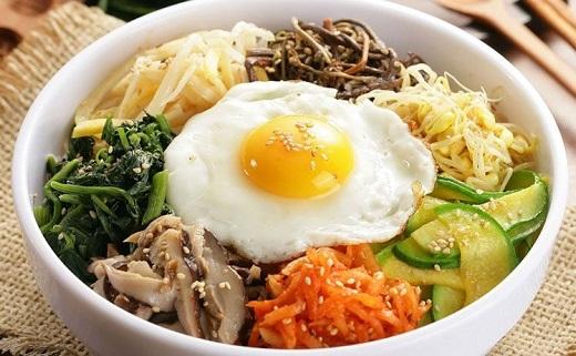 Cơm trộn Hàn Quốc đầy màu sắc.