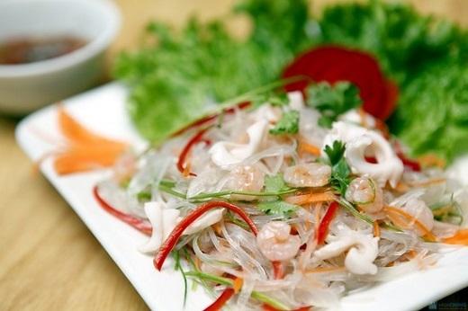 Miến trộn hải sản kết hợp vị ngọt của tôm, bạch tuộc với hương vị hài hòa, chua, cay, mặn, ngọt sẽ là một món ngon, thanh mát trong những ngày hè oi bức.