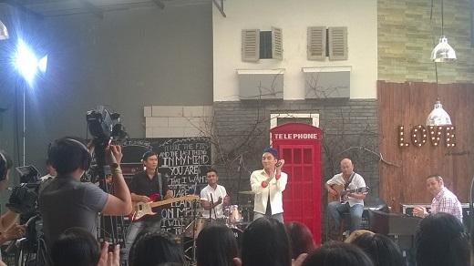 Sơn Tùng bảnh bao trong buổi live streaming.
