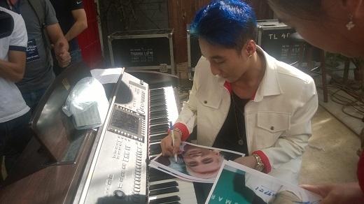 Sơn Tùng kí tặng ảnh trong buổi ra mắt ca khúc mới chiều nay.