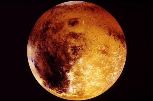 Một ngày trung bình trên sao Hỏa dài 24 giờ 37 phút, so với Trái Đất là 23 giờ 56 phút. Như vậy, mỗi năm trên Trái Đất có 365 ngày trong khi sao Hỏa lên tới 687 ngày. Bạn cứ tưởng tượng, nếu ở Trái đất bạn 20 tuổi thì khi lên Sao Hỏa, bạn chỉ được tính là 10 tuổi thôi đấy nhé!