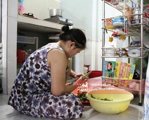 Lúc trước, ông sống cùng hai người con gái ở quận Gò Vấp trong một căn nhà khá xập xệ, rồi được chính quyền địa phương hỗ trợ nên ngôi nhà cũng có phần khang trang hơn.