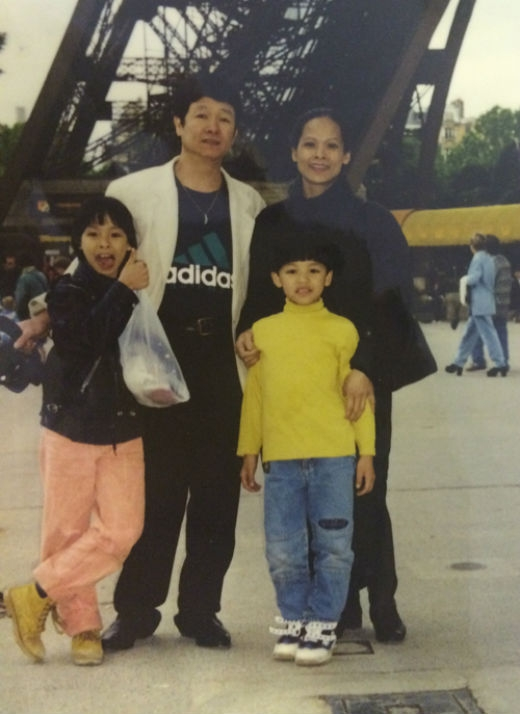 Trọng Hiếu cùng bố mẹ và chị gái chụp ảnh ởĐức - nơi mà gia đình anh đã định cư từ năm 1991. - Tin sao Viet - Tin tuc sao Viet - Scandal sao Viet - Tin tuc cua Sao - Tin cua Sao