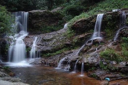 Thác Bạc nước chảy ầm ì suốt bốn mùa.