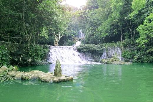 Cách trung tâm Hà Nội 60km về phía Sơn Tây, Khu Du lịch Khoang Xanh – Suối Tiên thuộc xã Vân Hòa, huyện Ba Vì là nơi phong cảnh ngoạn mục, sơn thủy hữu tình, trong một khu vực có rừng nguyên sinh.