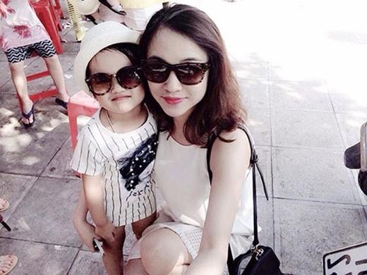 Bé Minh Ngân và mẹ