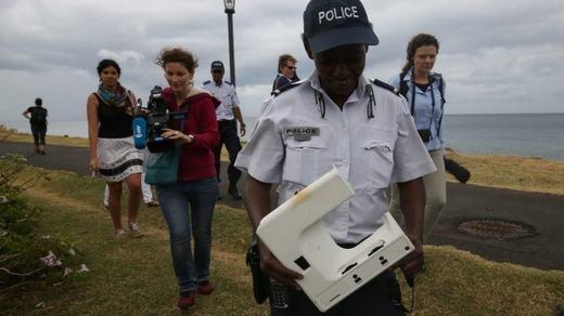 Theo đó, cảnh sát vừa nhận được mảnh nhựa bởi một người dân có tên Bruno vào hôm 4/8. Vật thể này được tìm thấy trên bãi biển St Denis, thuộc đảo Reunion, cách vị tríphát hiện mảnh vỡ cuối tháng 7 chỉ vài trăm mét.