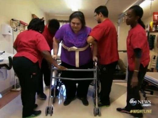Sau đó,Mayra bắt đầu tập đi bộ với dụng cụ và các y tá hỗ trợ. Dù chỉ đi bộ và hoạt động chân tay, nhưng điều này sẽ giúp ích rất nhiều cho việc hồi phục của Mayra.