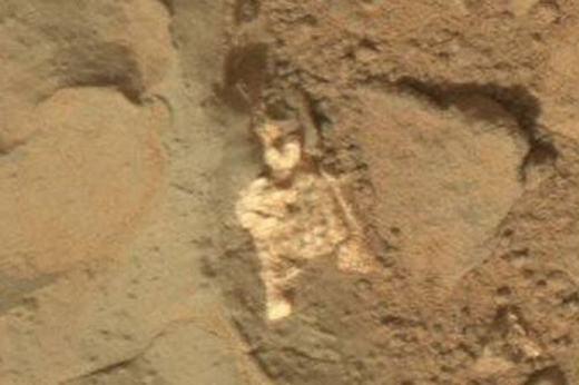 """Cách đó không xa cũng có một bộ xương có hình dạng tương tự khiến người ta càng thêm có cơ sở để nghi ngờ đó là một """"người sao Hỏa"""" đã chết. Tuy nhiên, nhiều ý kiến trên mạng xã hội cho rằng đó thực chất chỉ là một tảng đá có màu và hình dáng khác so với những tảng đá xung quanh."""