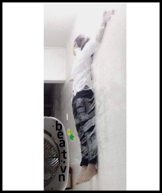 Bị trói trên tường bằng... băng dính? Đây là trò đùa hay một hình phạt?