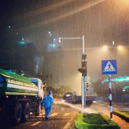 Bức ảnh này sau khi được chia sẻ lên mạng xã hội đã nhanh chóng thu hút hàngchục ngàn lượt thích, chia sẻ cùng bình luận từ dân mạng. Sự vô lí tới khó hiểu mà mọi người thắc mắc ở đây chính là: 'Trời mưa tại sao phải tưới cây?'.