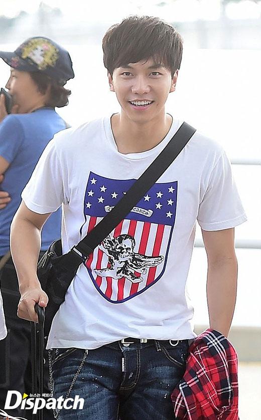 Lee Seung Gi diện đồ đơn giản nhưng cũng không kém phần đẹp trai và thân thiện.