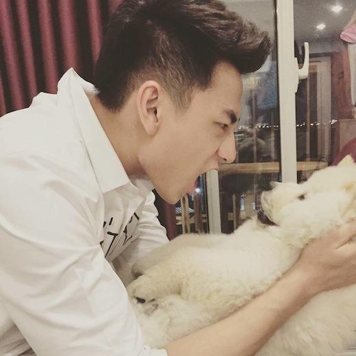 Isaac không ngần ngại làm mặt xấu bên cạnh chú chó Chow Chow. - Tin sao Viet - Tin tuc sao Viet - Scandal sao Viet - Tin tuc cua Sao - Tin cua Sao