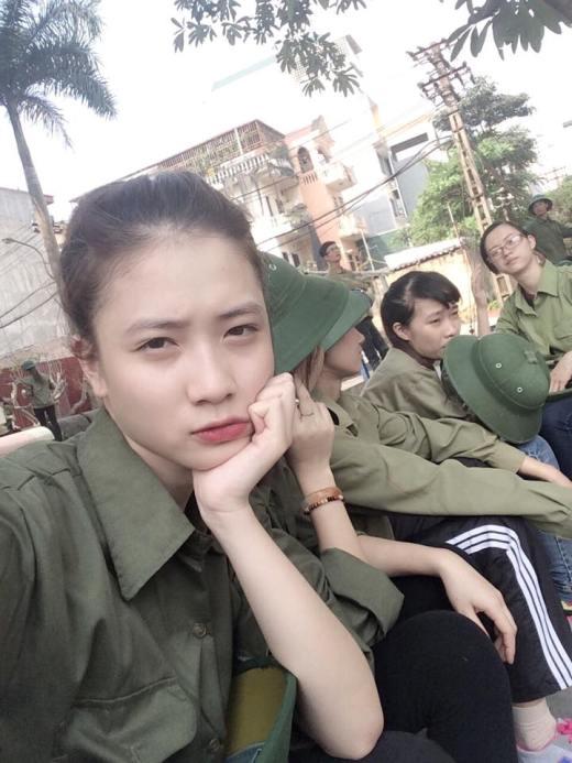 Cô sinh viên năm haiTrâm Anhkhoe làn da trắng bóc cùng biểu cảm phụng phịu đáng yêu dưới nắng trong buổi học quân sự.