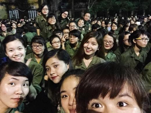 Khoác lên mình màu áo xanh quân phục trôngAn Japanvẫn rất xinh đẹp và nổi bật khi chụp hình cùng các bạn trong lớp.