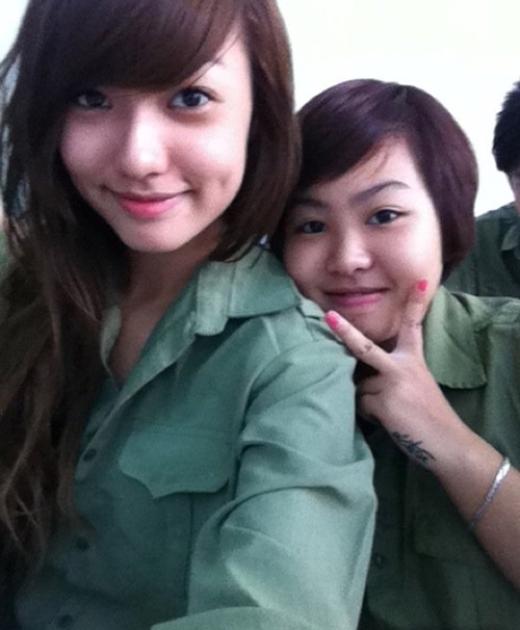 Rũ bỏ hình ảnh quyến rũ thường thấy,Hồng Quếrất ra dáng một cô sinh viên giản dị, tươi tắn trong bộ quần áobộ đội.