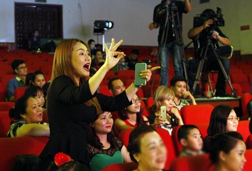 Thu Phượng trên hàng ghế khán giả liên tục ủng hộ con gái. - Tin sao Viet - Tin tuc sao Viet - Scandal sao Viet - Tin tuc cua Sao - Tin cua Sao
