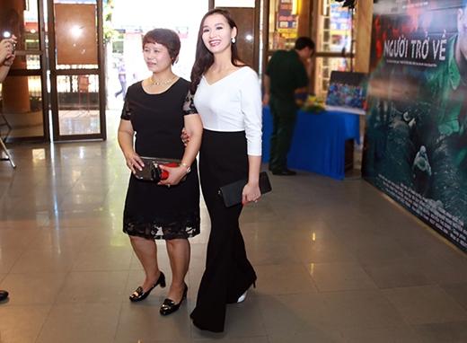 Mẹ Lã Thanh Huyền gây chú ý khi chọn chiếc đầm trẻ trung không kém con gái. - Tin sao Viet - Tin tuc sao Viet - Scandal sao Viet - Tin tuc cua Sao - Tin cua Sao