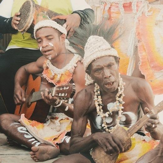 Sau khi chiêm ngưỡng những báu vật của đại dương, du khách có thể dạo xuồng khám phá hệ động thực vật trên cạn, hay gặp gỡ người dân Papua và tìm hiểu nền văn hóa độc đáo của họ.