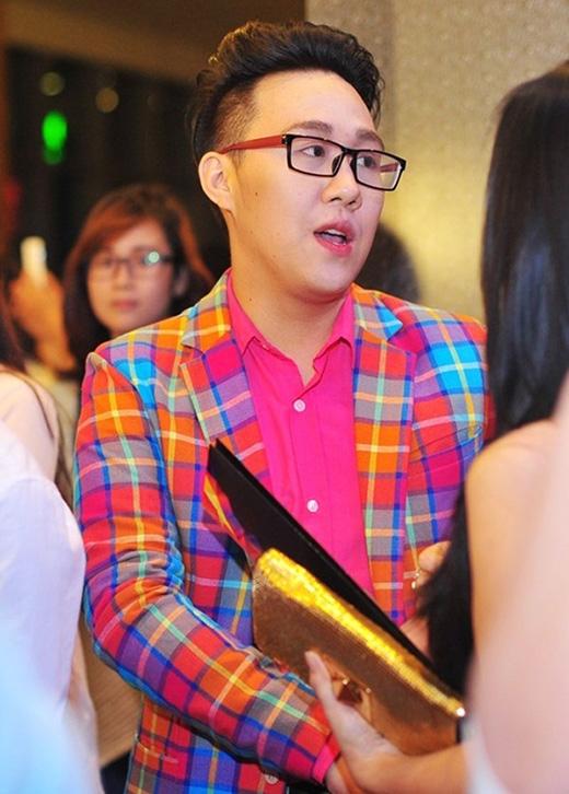 Trung Quân Idol cũng có tạo hình tương tự. Chàng ca sĩ trẻ còn tăng thêm độ nữ tính với bộ vest kẻ ca rô tông hồng nổi bật.