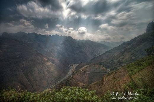 Tia nắng mặt trời len lỏi qua những tầng mây dày, rọi xuống núi rừng tạo nên một cảnh quan hết sức hùng vĩ. Đứng trước một không gian bao la như thế này, con người chợt cảm thấy mình bé nhỏ biết bao.