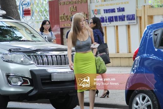 Trang Pháp di chuyển ra xe để đi ăn trưa - Tin sao Viet - Tin tuc sao Viet - Scandal sao Viet - Tin tuc cua Sao - Tin cua Sao