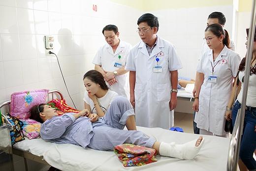 Kỳ Duyên cùng mẹ đến tận bệnh viện thăm hỏi bệnh nhân. - Tin sao Viet - Tin tuc sao Viet - Scandal sao Viet - Tin tuc cua Sao - Tin cua Sao