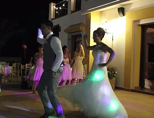 Nhưng ngay sau đó, cô dâu và chú rể chuyển sang những động tác breaking dance sôi động trên nền nhạc của Jay-Z, Kanye West như N***** in Paris, Sir Mixalot's Baby Got Back.