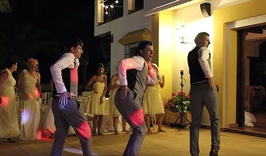 Chú rể và phụ rể còn thể hiện những động tác của bản nhạc Single Ladies - Beyonce,cực kì chuyên nghiệp và quyến rũ. Họ bắt chước chính xác từng động tác của Beyonce.