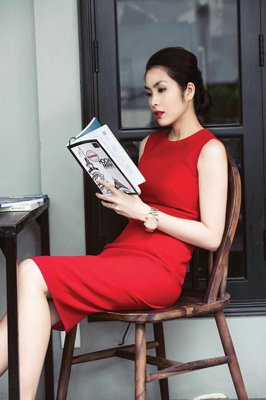 Chỉ với chiếc váy bodycon không tay đơn giản nhưng Hà Tăng vẫn cực kì thu hút bởi sắc đỏ nổi bật.
