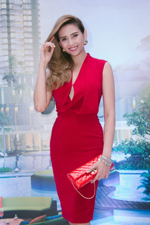 Hoàng Yến cũng bắt đầu hành trình tìm lại phong cách thời trang hợp lí hơn cho bản thân với sắc màu rực rỡ này. Bộ váy khá đơn giản giúp cô nhận được nhiều lời khen ngợi.
