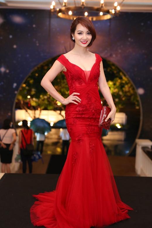 Diễn viên Mai Thu Huyền lại chọn nhầm đầm cưới lên thảm đỏ của một sự kiện sang trọng.
