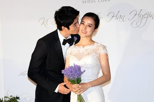 Cầu thủ Ki Sung Yong và nữ diễn viên xinh đẹp Han Hye Jin kết hôn vào năm 2013. Gần đây cả hai hạnh phúc thông báo rằng họ đang rất hồi hộp mong chờ đứa con đầu lòng sẽ chào đời trong năm nay.