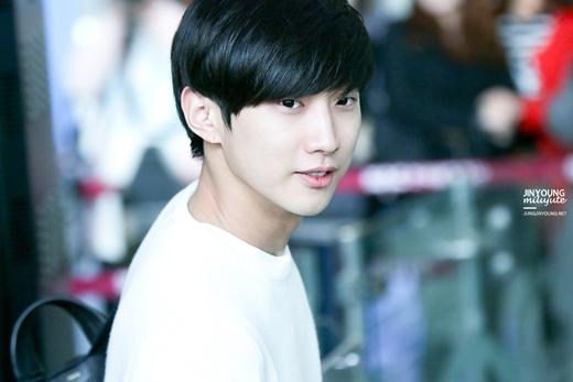 """'Đường đường"""" là trưởng nhóm nhưng không ít lần Jinyoung lại bị nhầm là em út của B1A4. Gương mặt 'non choẹt' của nam thần tượng khiến nhiều người không khỏi ngưỡng mộ."""