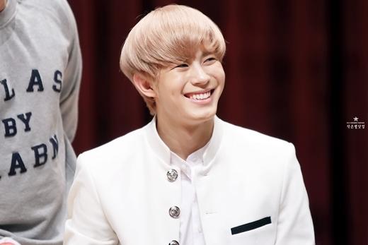 """Trái với vẻ nam tính trưởng thành của em út thật -Hyuk (VIXX) - Hongbin lại vô cùng hiền lành và thân thiện như cậu em cạnh nhà. Đây cũng chính là một trong những lí do Hongbin bị cho là """"kẻ cướp"""" danh em út của nhóm từ tay Hyuk."""