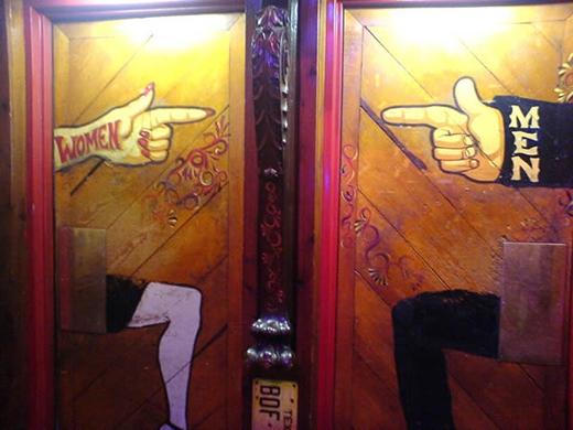 """Thêm một biển hiệu nhà vệ sinh khiến người ta phải """"động não"""" để có thể """"giải tỏa"""" trong yên bình thuộc về một quán rượu ở Colorado. Hình như các quán rượu rất thích làm khó mấy tay say xỉn nhỉ?"""