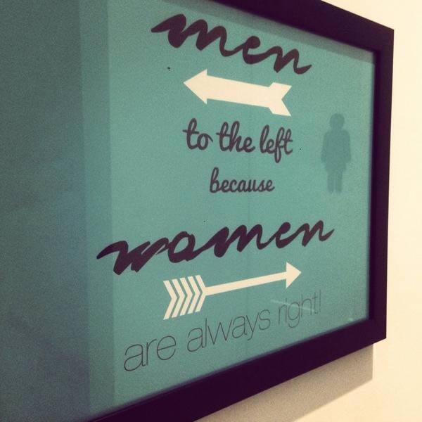 """Một biển hiệu vô cùng dễ thương với những mũi tên. """"Đàn ông ở bên trái bởi vì phụ nữ lúc nào cũng ở bên phải."""""""