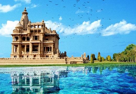 Cung điệnBaron của Ai Cập khi được đặt cạnh một hồ nước trong xanh.
