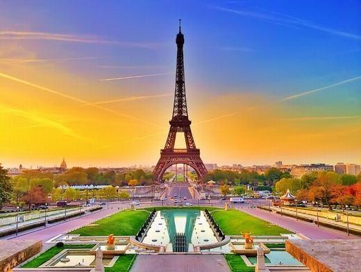 Tháp Eiffel cao thêm 15cm vào mùa hè vì sự giãn nở của kim loại.
