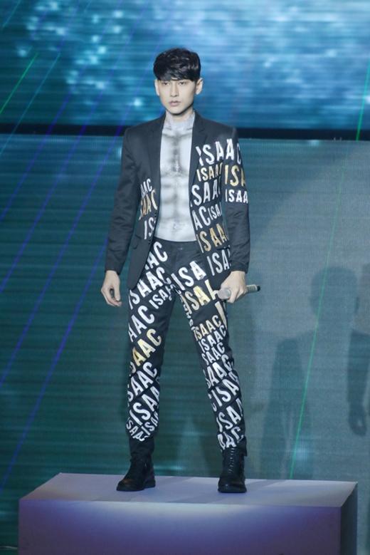 """Isaac còn gây ấn tượng mạnh khi phủ lớp trang điểm dày cộm để tạo thành """"chiếc áo"""" bên trong phối cùng bộ vest được in tên mình."""