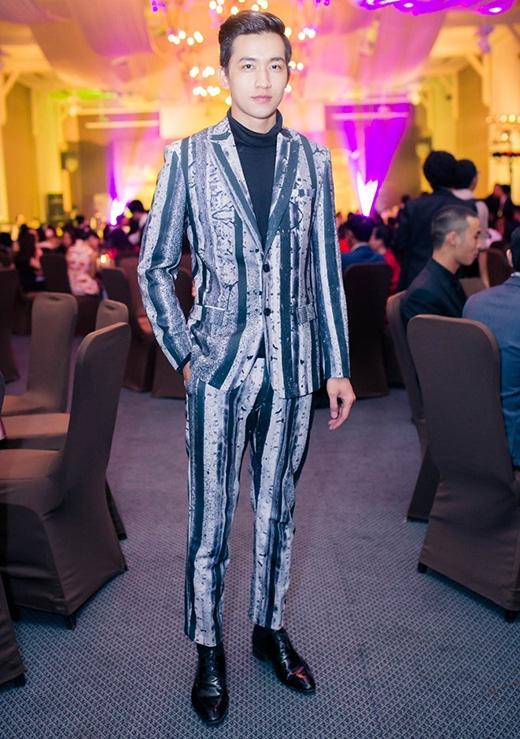 Bộ vest vô cùng ấn tượng với những đường kẻ sọc loang màu của Võ Cảnh.