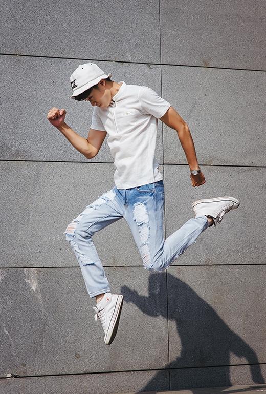 Sự trẻ trung, năng động pha chút nổi loạn của những chàng trai thể hiện rõ nét qua sự kết hợp giữa áo phông cùng quần jeans rách bụi bặm. Chiếc mũ tai bèo hợp mốt cùng giày thể thao dĩ nhiên trở thành hai món phụ kiện không thể vắng mặt khi góp phần tạo nên vẻ ngoài bắt mắt hơn.