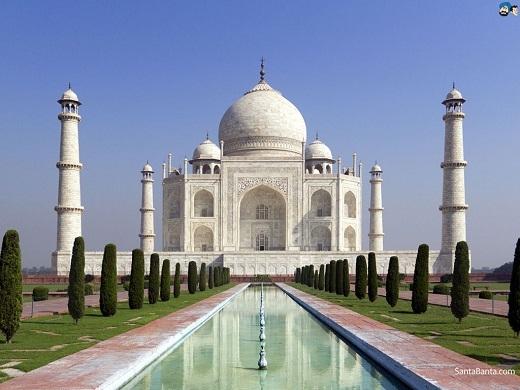 Nhưng thực chất, lâu đài trong phim được lấy cảm hứng từ đền Taj Mahal ở Ấn Độ. Ngôi đền này chínhlà lăng mộ do vua Shah Jahan, hoàng đế Hồi giáo xây dựng để tưởng niệm người vợ thứ ba yêu quý của mình - hoàng hậu Mumtaz Mahal.