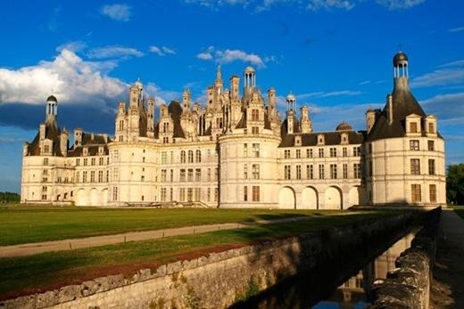Nằm ở thung lũng Loire, Pháp, Château de Chambord là nguyên mẫu của tòa lâu đài nơiQuái Vật ởtrong phim. Là một trong những lâu đài theo lối kiến trúc thời kì phục hưng Pháp đẹp nhất thế giới,Château de Chambordcó một cầu thang xoắn kép và một nhà nguyện bên trong.